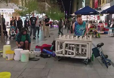 Musik in der Fußgängerzone - mit Rohren und Eimern