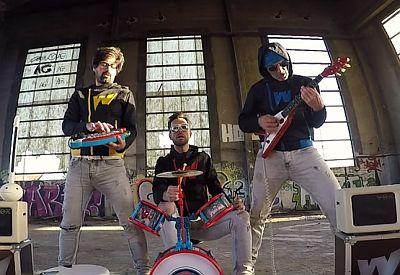 Song 2 vSong 2 von Blur auf Kinderinstrumentenon Blur auf Kinderinstrumenten
