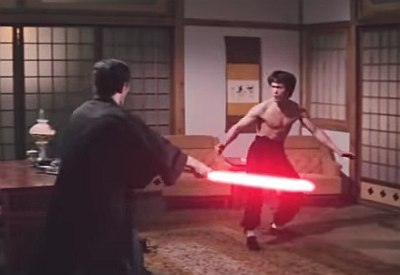 Bruce Lee Szenen mit Lichtschwertern ausgestattet