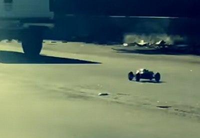 Ferngesteuertes Auto auf einem Freeway