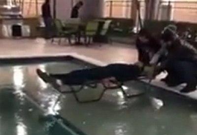 Wintersport auf zugefrorenem Pool