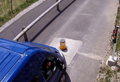 Poller vs. Lieferwagen