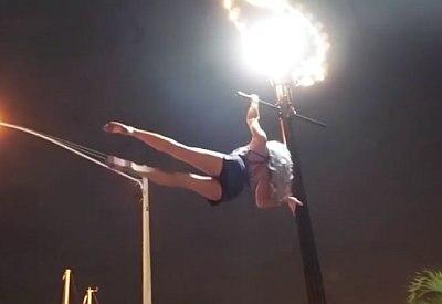 Extrem fittes Girl an einer Straßenlaterne