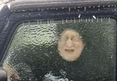 Zugefrorene Scheibe mit dem Kopf durchbrechen
