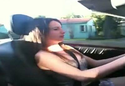 Vater bringt Tochter das Fahren bei...