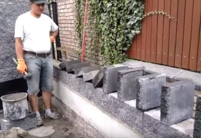 Domino im Garten und mit Steinplatten