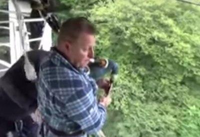 Dudelsack spielen beim Bungeespringen