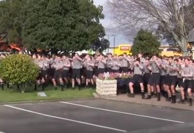 Schüler tanzen Haka auf Beerdigung von Lehrer