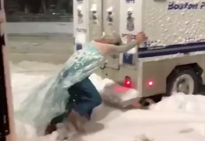Eiskönigin Elsa hilft der Polizei