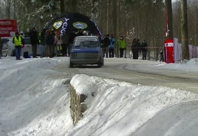Fiat fliegt bei Rallye von der Strecke...