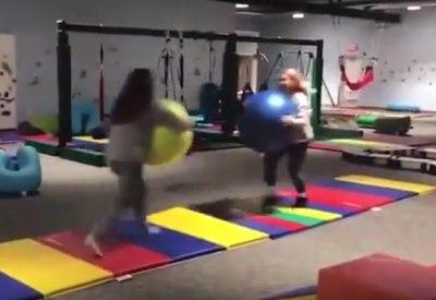2 Mädels und 2 Gymnastikbälle