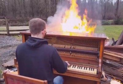 Auf einem brennenden Piano spielen