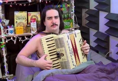 Aufwachen und die Windows 95 Melodie auf dem Akkordeon spielen