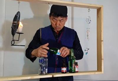 Flaschen in einem freischwingenden Rahmen balancieren