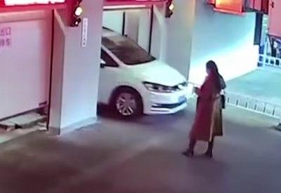 Die Frau im automatischen Parkhaus