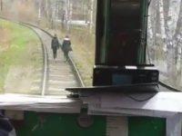 Zwei Mädels auf den Gleisen erschrecken