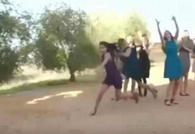 Einfach mal völlig spektakulär den Brautstrauß fangen