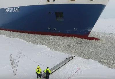 In ein fahrendes Schiff einsteigen