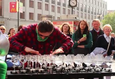 Genialer Straßenmusiker spielt auf Gläsern