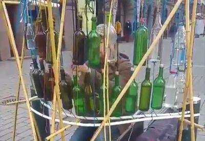 Straßenmusik auf und mit Flaschen