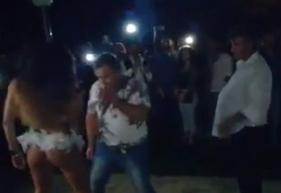 Frau erwischt Mann beim.... tanzen.