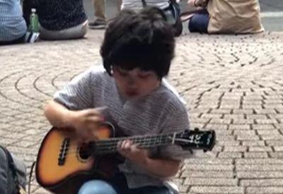 Kind rockt die Ukulele hart