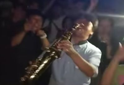 Mit dem Saxophon im Club feiern