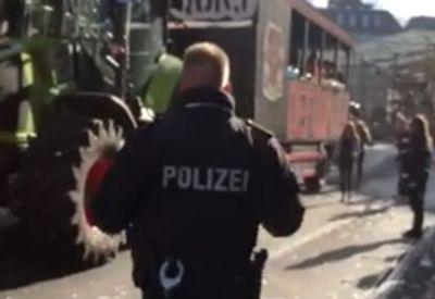 Techno-Polizist beim Bremer Freimarkt-Umzug