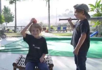 Apfel mit Baseballschläger vom Kopf schlagen