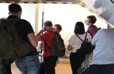 Mit der Freundin am Flughafen warten