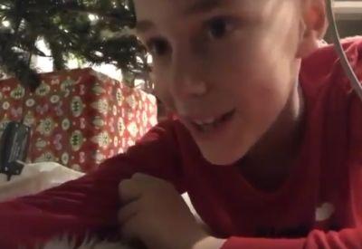 Junge versucht den Weihnachtsmann zu filmen