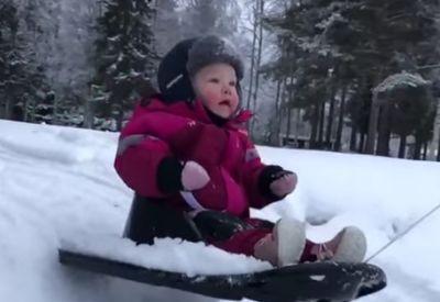 Kleinkind hat (ganz offensichtlich) Spaß im Schnee