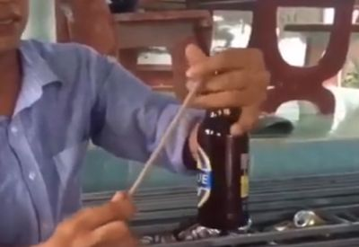 Bierflasche mit Stäbchen öffnen