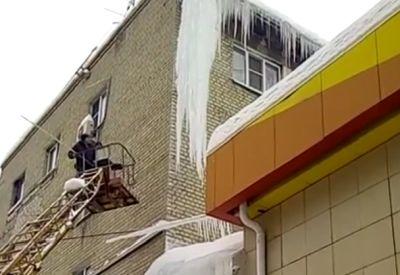 Schnell mal die Eiszapfen am Haus entfernen