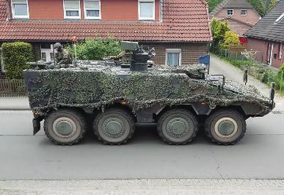 Mädchen liebt Panzer