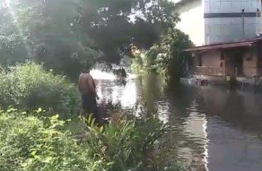 Mit dem Boot durch den Kanal ballern