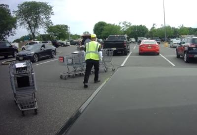 Vollprofi räumt Einkaufswagen weg